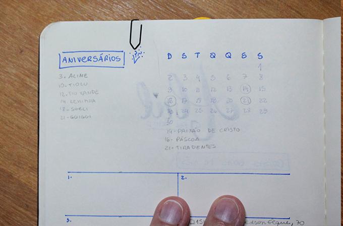 Calendário e lista de aniversário feitos à mão no meu caderno