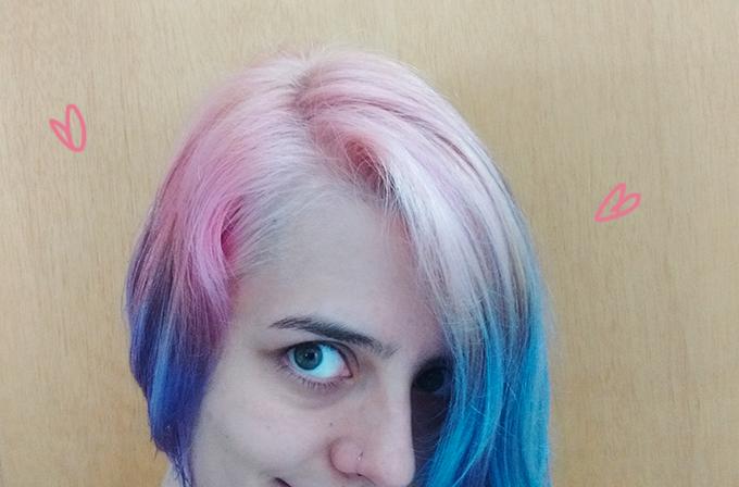 Raiz do cabelo rosa bebê e pontas azuis