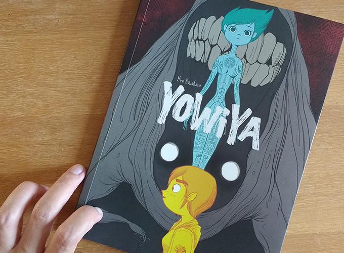 Capa da HQ Yowiya de Hiro Kawahara. Na frente temos Kipky, em amarelo, logo atrás Manon, toda em azul com as letras do título da HQ na frente. Atrás dela, bem ao fundo da composição,  Yowiya.
