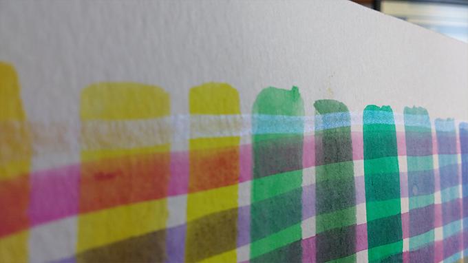Teste em papel com a cor Vanilla da Pestilento, em cima de outras cores.