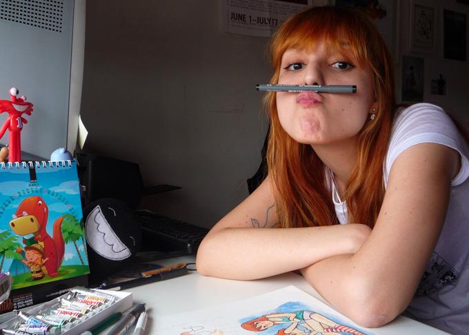 Foto da Samanta com uma caneta fazendo beiçinho.