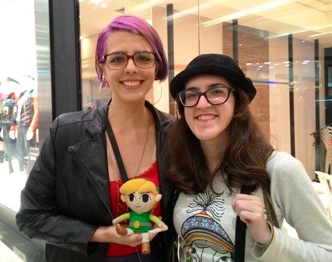Eu segurando a pelúcia do Jovem Link, personagem do Zelda, e Camila Loricchio.