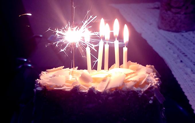 rumo aos trinta: foto de um pedaço de bolo com velas