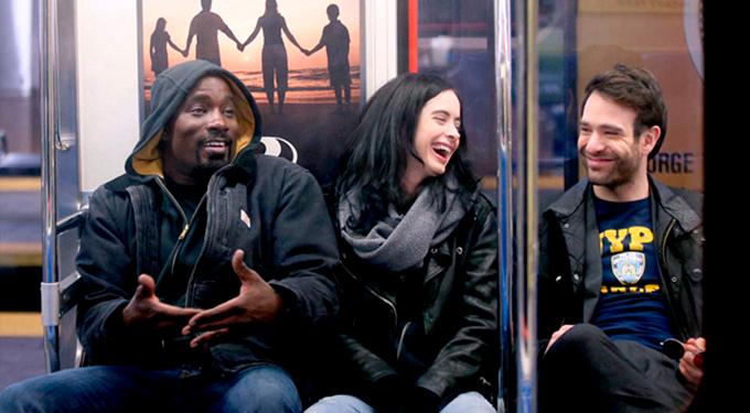 Luke, Jessica e Matt rindo no metro