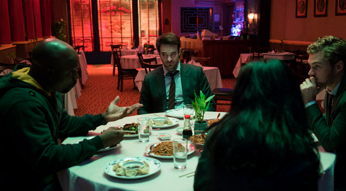 Os quatro conversam em uma mesa
