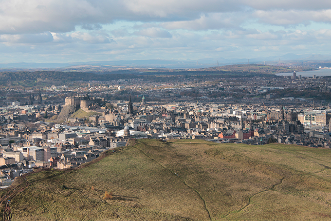 Vista do castelo de Edimburdo do Arthur's Seat