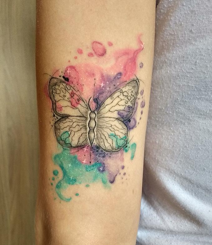 Tatuagem de borboleta com aquarelas cicatrizada