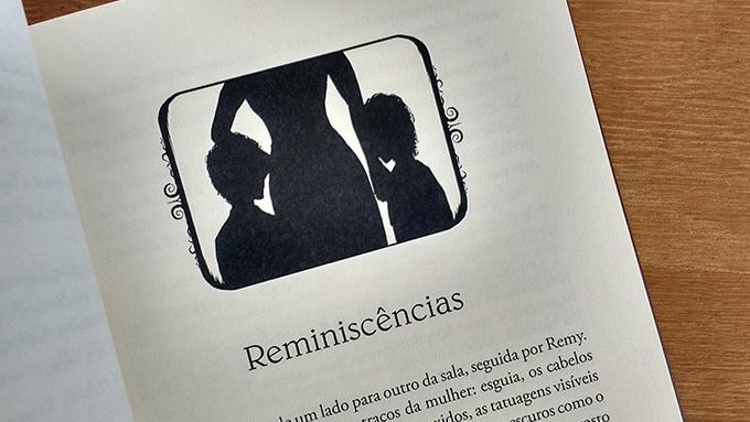 Ilustração interna do livro Castelo de Cartas volume 3, Rei - Uma sombra de um adulto com outras duas pessoas menores ao lado