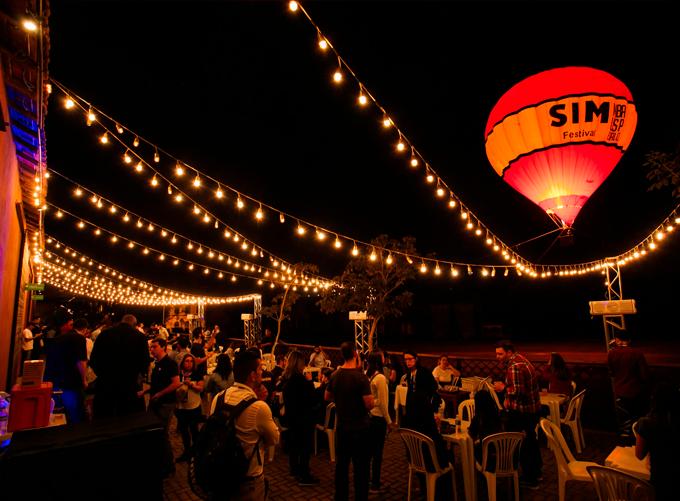 Sim Festival, imagem do balão ao fundo com as pessoas curtindo o evento na frente