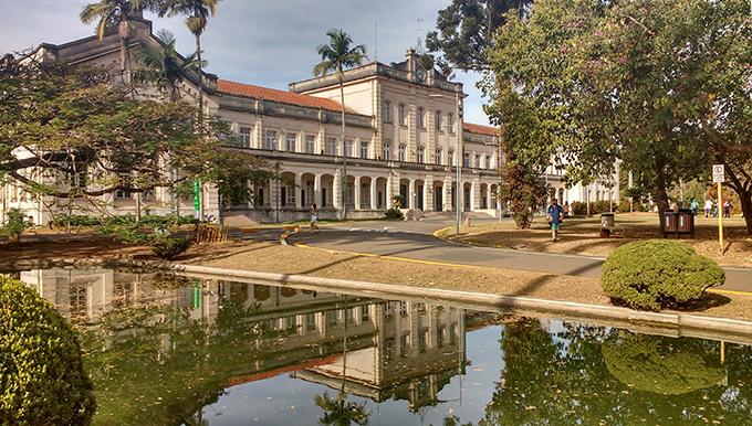 Fachada completa da USP Escola Superior de Agricultura Luiz de Queiroz
